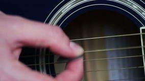 Homme jouant la fin de guitare acoustique  clips vidéos