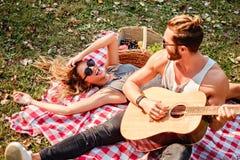 Homme jouant la guitare à sa fille Images stock