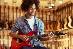 Homme jouant la guitare électrique images libres de droits