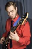 Homme jouant la guitare électrique Images stock