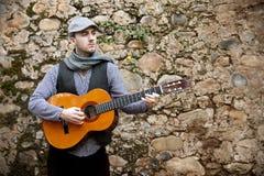 Homme jouant la guitare image libre de droits