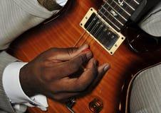 Homme jouant la guitare Images stock