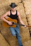 Homme jouant la guitare photo libre de droits