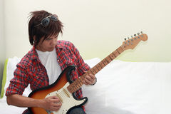 Homme jouant la guitare Photo stock