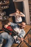 Homme jouant la guitare Photos stock