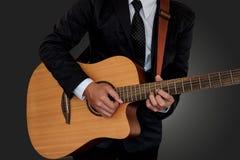 Homme jouant la guitare photo stock