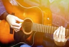 Homme jouant la guitare acoustique image libre de droits