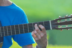 Homme jouant la guitare acoustique Photo stock