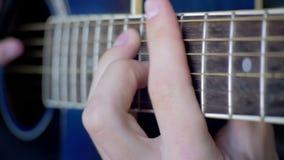 Homme jouant la guitare acoustique clips vidéos