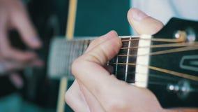 Homme jouant la guitare acoustique banque de vidéos