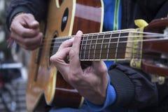 Homme jouant la guitare acoustique Images stock