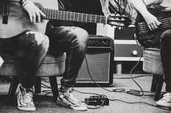 Homme jouant la guitare acoustique amplifiée Photo stock