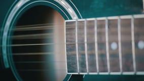 Homme jouant la guitare acoustique Mouvement lent clips vidéos