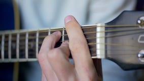 Homme jouant la guitare acoustique Mouvement lent banque de vidéos