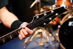 Homme jouant la guitare au concert Photos stock