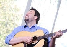 Homme jouant la guitare d'intérieur images libres de droits