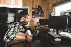 Homme jouant la guitare dans un studio d'enregistrement Musique de composition de guitariste de concept photos stock