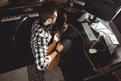 Homme jouant la guitare dans un studio d'enregistrement Musique de composition de guitariste de concept image stock