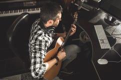 Homme jouant la guitare dans un studio d'enregistrement Musique de composition de guitariste de concept images stock