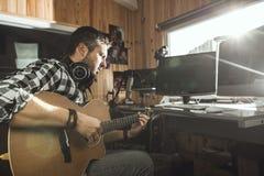 Homme jouant la guitare dans un studio d'enregistrement Musique de composition de guitariste de concept image libre de droits