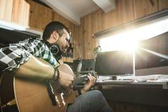 Homme jouant la guitare dans un studio d'enregistrement Musique de composition de guitariste de concept photos libres de droits