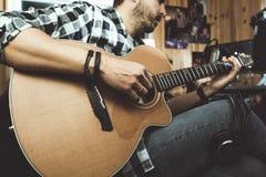 Homme jouant la guitare dans un studio d'enregistrement Musique de composition de guitariste de concept photo stock