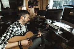 Homme jouant la guitare dans un studio d'enregistrement Musique de composition de guitariste de concept photo libre de droits