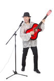 Homme jouant la guitare et chant d'isolement Images stock