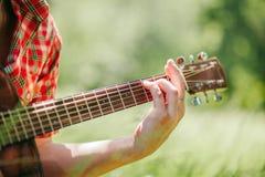 Homme jouant la guitare sur le pique-nique Photos stock