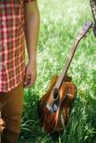 Homme jouant la guitare sur le pique-nique Images stock