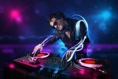 Homme jouant la musique avec l'électro lumière Images stock