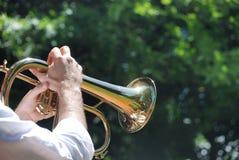 Homme jouant la trompette image stock