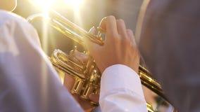 Homme jouant la trompette dans éclairé à contre-jour banque de vidéos