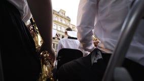 Homme jouant la trompette pendant le concert clips vidéos