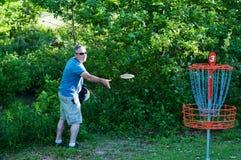 Homme jouant le golf de dics Image libre de droits