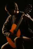 Homme jouant le guitariste de classique de guitare Photos stock