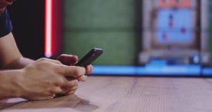 Homme jouant le jeu mobile clips vidéos