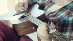 Homme jouant le mouvement lent de guitare acoustique banque de vidéos
