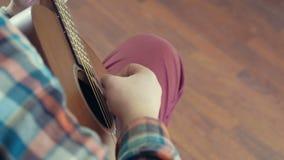 Homme jouant le mouvement lent de plan rapproché de guitare acoustique clips vidéos