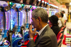 Homme jouant le pachinko Photographie stock