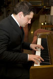 Homme jouant le piano Photographie stock