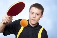 Homme jouant le ping-pong Photographie stock libre de droits