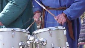 Homme jouant le tambour banque de vidéos
