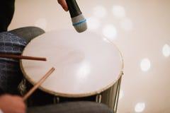 Homme jouant le tambour avec des bâtons de tambour étroitement  photo libre de droits