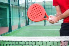 Homme jouant le tennis de palette Image libre de droits
