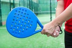 Homme jouant le tennis de palette Photos libres de droits