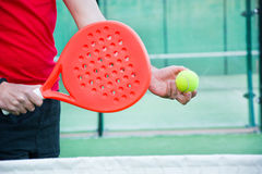 Homme jouant le tennis de palette Photos stock