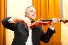 Homme jouant le violon Photographie stock libre de droits