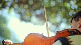 Homme jouant le violon banque de vidéos