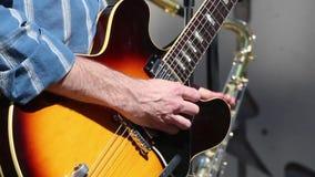 Homme jouant les mains étroites de guitare banque de vidéos